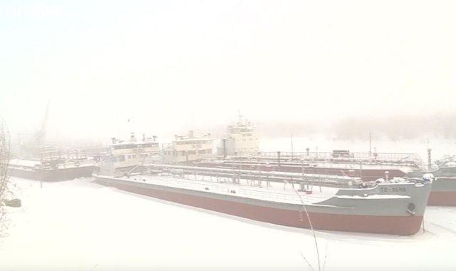 تجمد السفن فى نهر سيبيريا