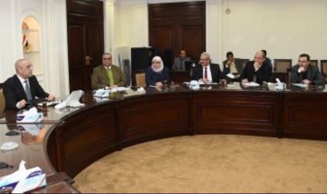 وزير الإسكان خلال اجتماعه بقيادات هيئة المجتمعات العمرانية الجديدة