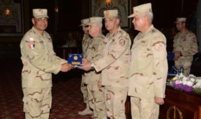 وزير الدفاع يلتقي أبطال الجيش الثاني