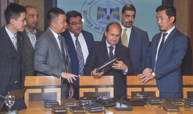 وزير التجارة مع وفد الشركة الصينية