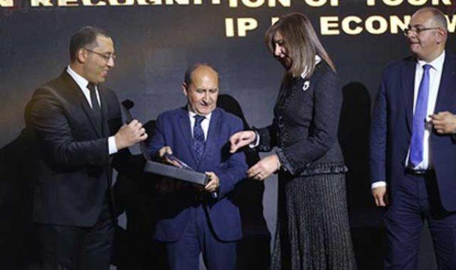 تكريم السفيرة نبيلة مكرم وزيرة الهجرة بحفل BT100