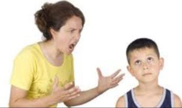أم تصرخ فى ابنها
