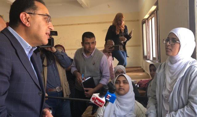 رئيس الوزراء يستمع لاراء طلاب الثانوي حول التابلت