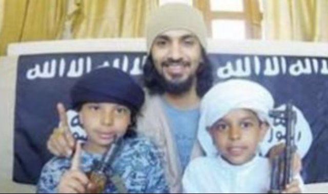 صورة للأب الانتحارى مع طفليه لدى داعش