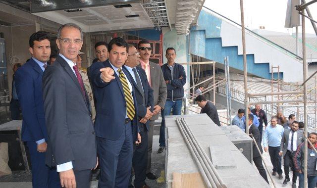 وزيرا الاتصالات والرياضة يتابعان الإنشاءات داخل استاد القاهرة