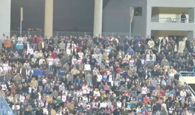 الجماهير تحمس لاعبيها أمام سموحة