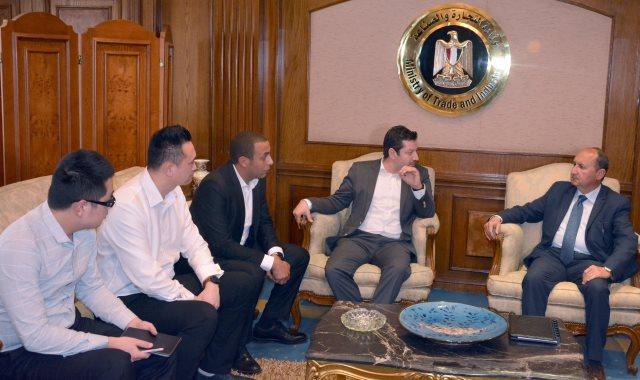 وزير التجارة والصناعة خلال اجتماعه مع الشركة الصينية