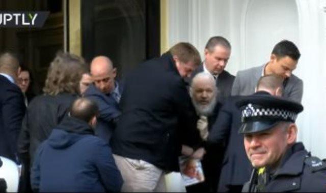 لحظة اعتقال مؤسس ويكيليكس