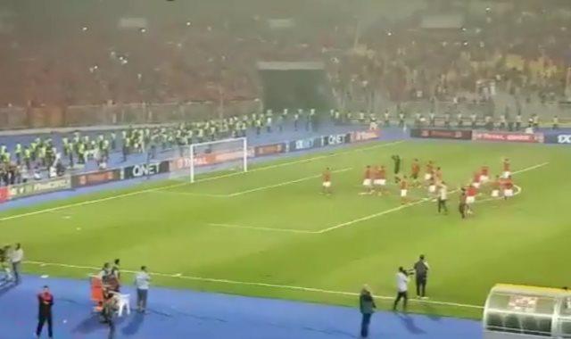 لاعبو الأهلى يواجهون الجمهور