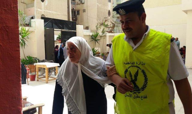 رجال الشرطة يساعدون مسنين ومعاقين على الاستفتاء