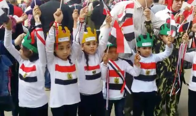 الأطفال يشاركون فى الاستفتاء