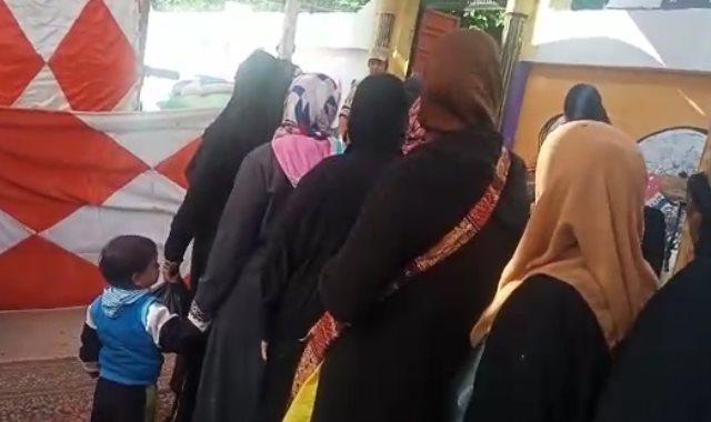 عشرات السيدات أمام اللجان الانتخابية بمدرسة السيدة نفيسة