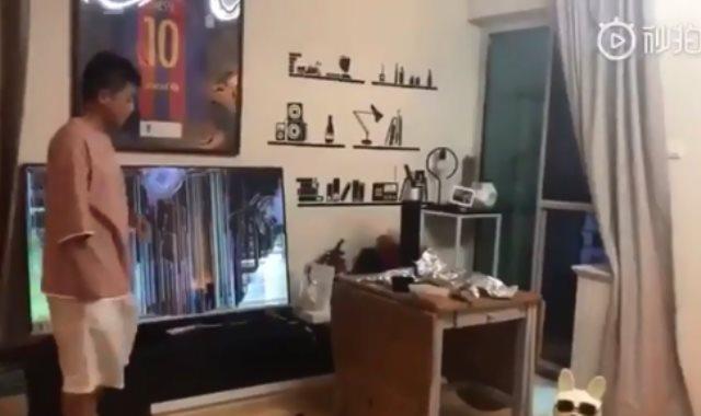 مشجع لبرشلونة يحطم شاشة التليفزيون بعد ريمونتادا ليفربول