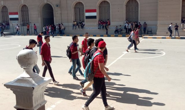طلاب الصف الأول الثانوى بتوجهون لأداء الامتحان