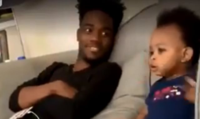 طفل يحاور والده