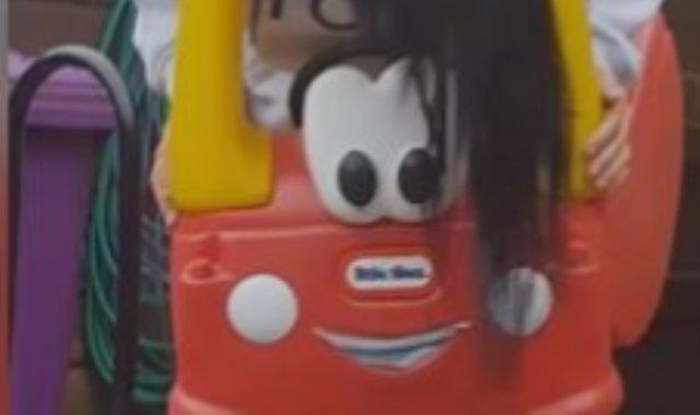 فتاة عالقة فى سيارة اطفال
