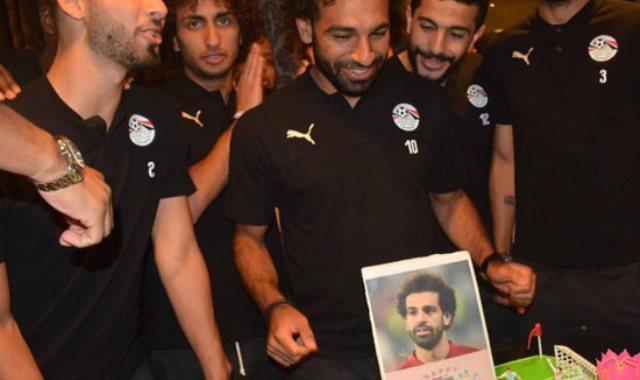 لاعبو المنتخب يحتفلون بعيد ميلاد محمد صلاح