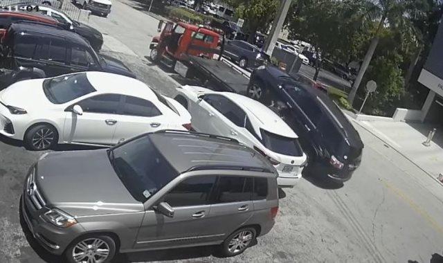لحظة سقوط السيارة