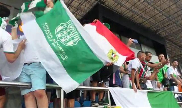 المشجع الجزائرى يرفع علم مصر