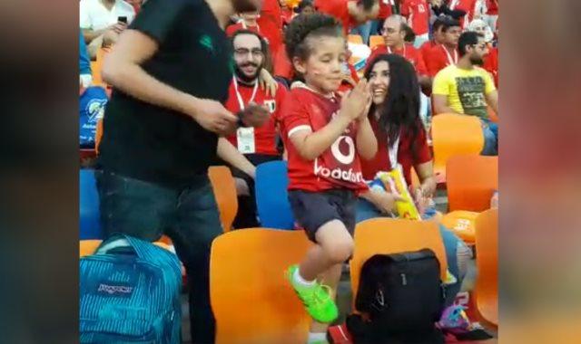 الطفل يحاول تقليد محمد صلاح