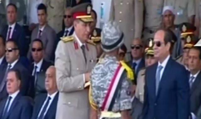 الرئيس يمنح يمنح أوائل خريجى معهد ضباط الصف نوط الواجب العسكرى