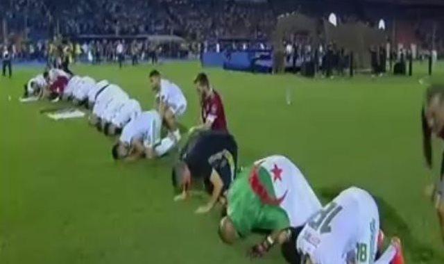 سجدة لاعبي الجزائر