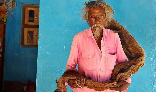 رجل هندى يبلغ طول شعره مترين