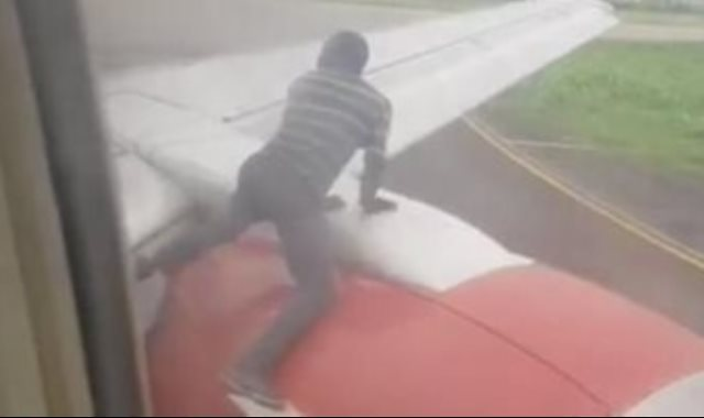 الرجل على جناح الطائرة