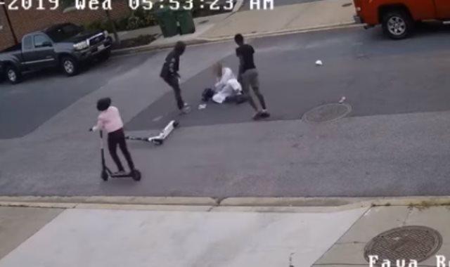 جانب من اعتداء فتيان على رجل مسلم بأمريكا