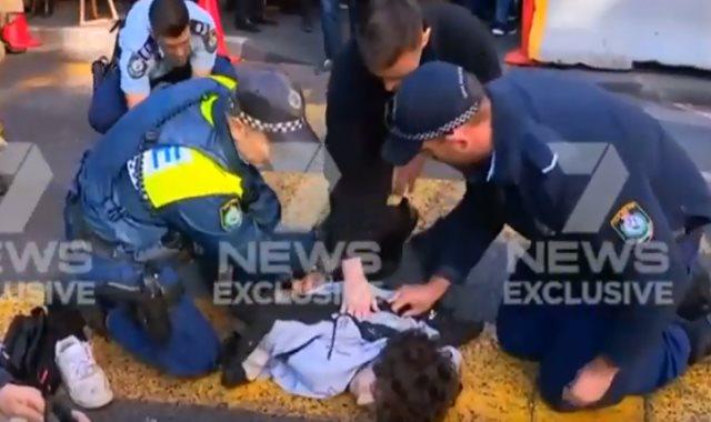 جانب من لحظة اعتقال مسلح طعن امرأة بسيدني