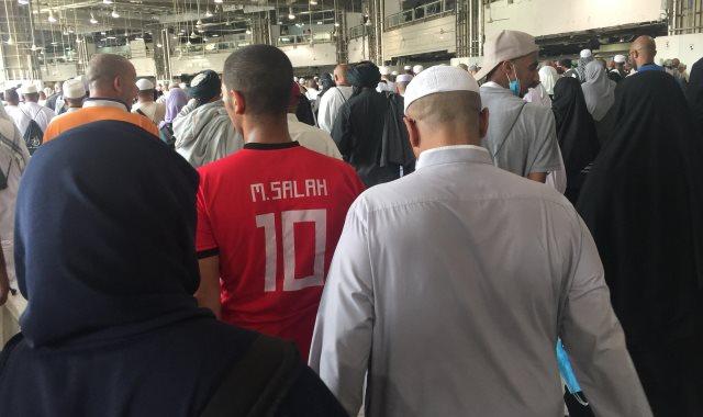 شاب يطوف حول الكعبة بـ تي شيرت محمد صلاح