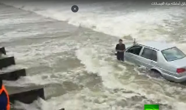 السائق وسط مياه الفيضان