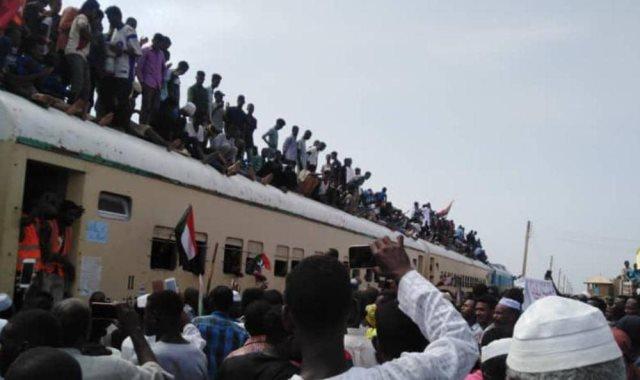 قطار عطبرة يصل الخرطوم محملا بآلاف السودانيين