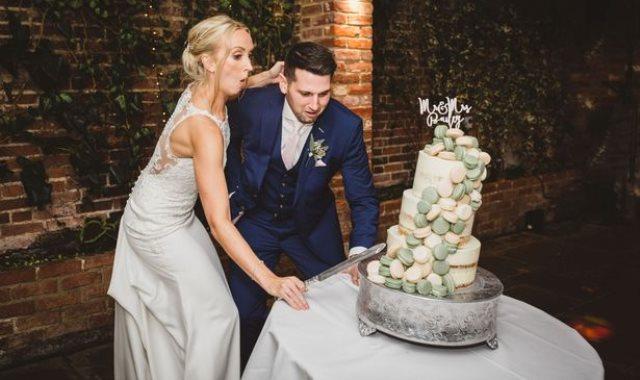 العروسان والكيكة