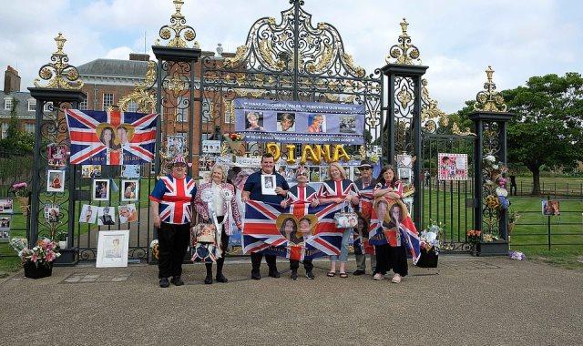 البريطانيون أمام قصر الأميرة ديانا
