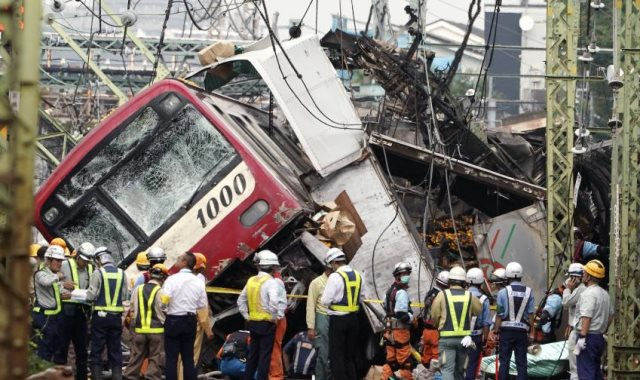 تصادم قطار سريع وشاحنة فى اليابان