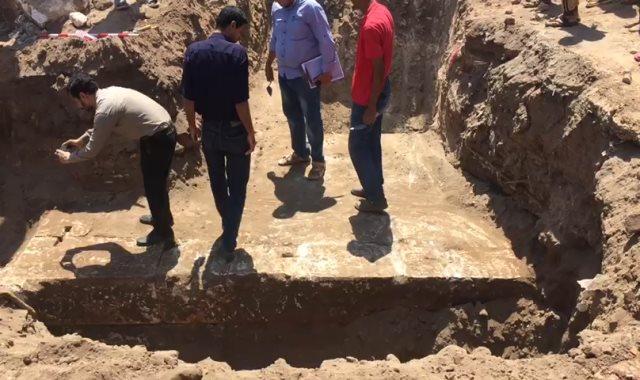 العثور على سور معبد أثرى بسوهاج أثناء حفر مشروع صرف