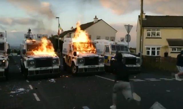 شباب يلقون قنابل حارقة على سيارات الشرطة بأيرلندا