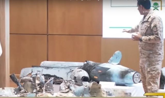 المتحدث باسم وزارة الدفاع السعودية يشير إلى حطام الأسلحة الإيرانية