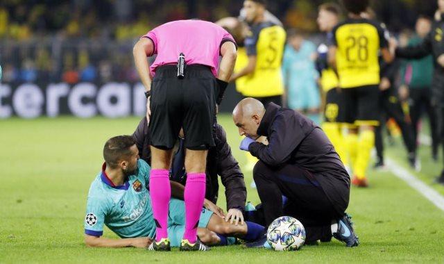 ألبا بعد إصابته فى مباراة برشلونة وبوروسيا دورتموند