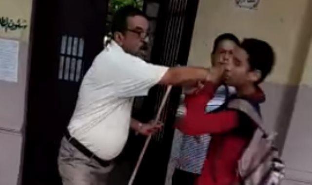المدرس يعتدي على الطالب