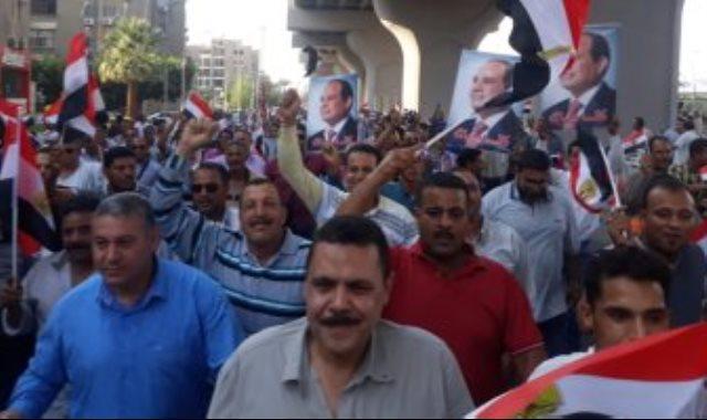 وصول مسيرة حاشدة للعاملين لشركة الدلتا للسكر أمام النصب التذكارى دعما للدولة