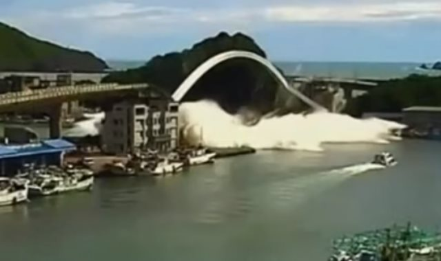 لحظة انهيار جسر معلق