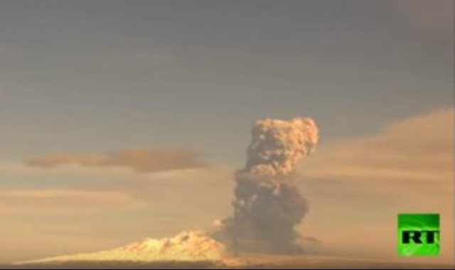 بركان فى روسيا يطلق عمودًا ضخما من الدخان