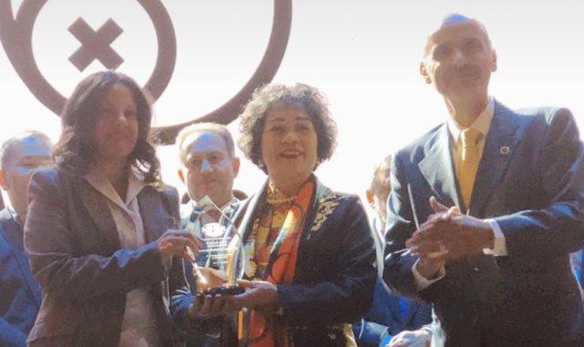 الدكتورة عبير شقوير مستشار وزير الاتصالات وتكنولوجيا المعلومات للمسؤولية المجتمعية تتسلم الجائزة