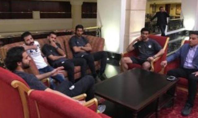 البدرى مع لاعبى منتخب مصر