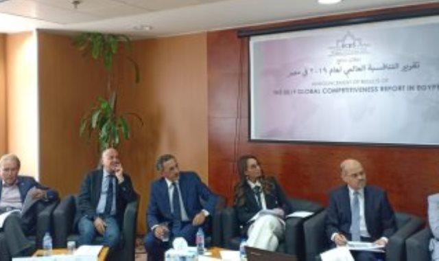 جيهان صالح مستشار رئيس الوزراء والكتورة عبلة عبد اللطيف خلال استعراض التقرير