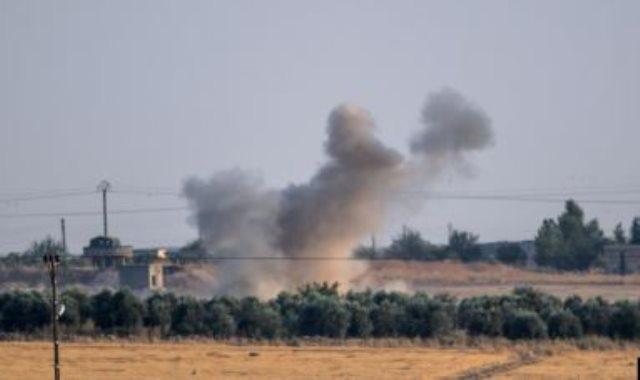 لحظة سقوط قذيفة تركية قرب مدنيين بشمال سوريا