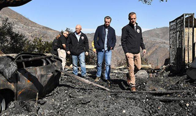 حاكم كاليفورنيا يتابع آثار حرائق الغابات