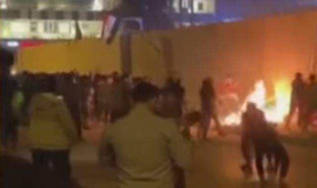 محتجون يشعلون الإطارات بمحيط قنصلية إيران